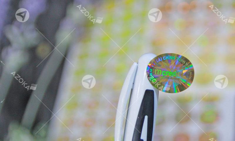 Mẫu tem 7 màu hologram e líp của mcredit do Azoka thực hiện